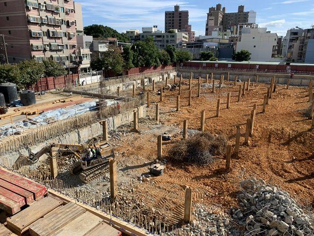 <p>10月16日起新院區綜合醫療大樓新建工程進行第一層土方開(降)挖出土。</p>